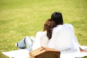 復縁屋復縁工作地域対応公園で佇むカップルの後姿